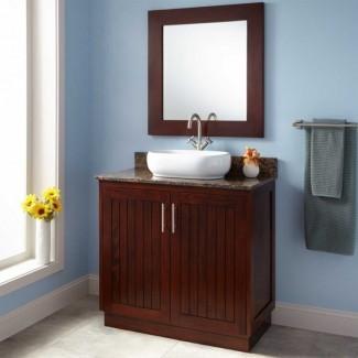 Baño. Baño de madera marrón pulido de profundidad estrecha ...