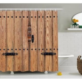 Puerta de madera con cortina de ducha con detalles de hierro