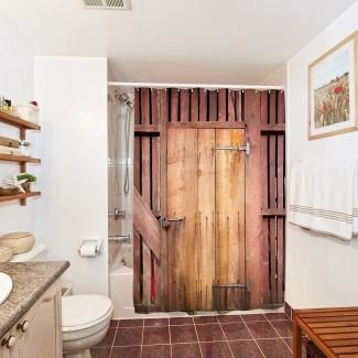 Cortina de ducha de tela con estampado de óxido de puerta de granero de madera ...