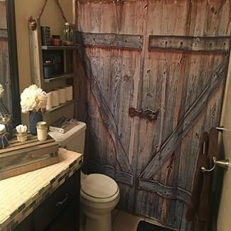 Tela y gancho de cortina de ducha de puerta de madera rústica de granero ...