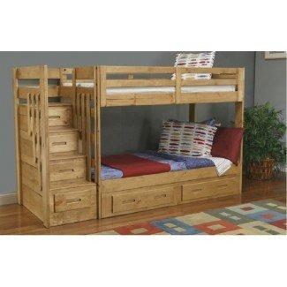 Dormitorio. Cama alta de madera de color marrón claro con escaleras y ...