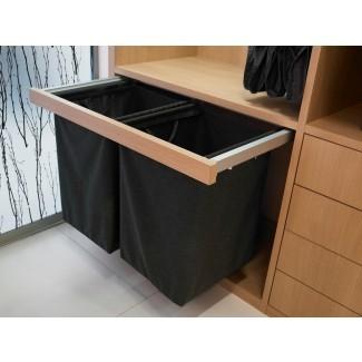 Extraiga las cestas de la ropa en la lavandería para morir
