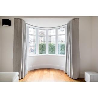 Cortinas y rieles ondulados con ventana salediza en Woking Surrey ...