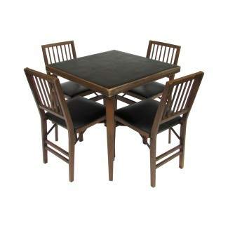 Mesa y sillas de madera con cartas