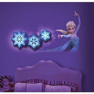 Qué adorable es esta decoración de habitación Frozen de @UncleMilton ...