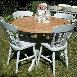 Las 50 mesas y sillas redondas Shabby Chic redondas - Hogar ... [19659012] Un elegante comedor de madera en un estilo lamentable. Una mesa con una tapa redonda y una columna girada sobre pies largos y curvos está acabada en marrones claros. Las sillas, con patas torcidas inclinadas, camillas y barras traseras (inserciones adornadas que flanquean), son blancas. </div> </p></div> <div class=