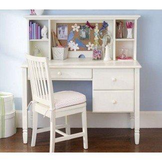 Ideas de dormitorio para niñas con una pequeña mesa de estudio y silla blancas