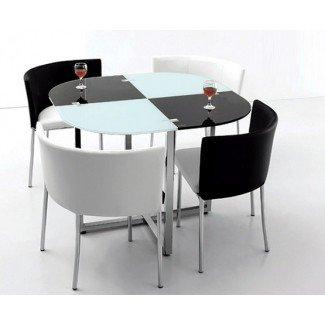 Mesa y sillas de comedor que ahorran espacio en blanco y negro