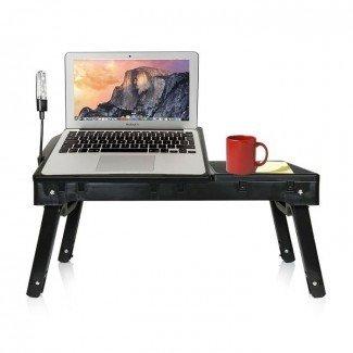 La mejor mesa para laptop para cama - Bandeja portátil para computadora portátil [19659015] Una bandeja de escritorio portátil contemporánea, útil y estética para camas. Está hecha de plástico negro duradero con herrajes metálicos. Tiene 4 patas plegables inclinadas, una parte superior inclinada de la computadora con un compartimento debajo, una bandeja en un lado, un accesorio Lámpara LED ble. </div> </p></div> <div class=