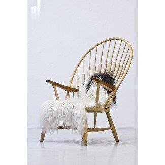 Silla de pavo real con tiro de piel de oveja por Hans J. Wegner para