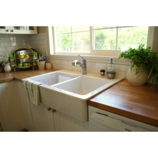 El delantal brillante se hunde en la cocina tradicional con soporte superior ...