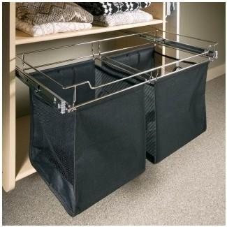 Cesto de ropa bonita en armario moderno con cesto de ropa ...