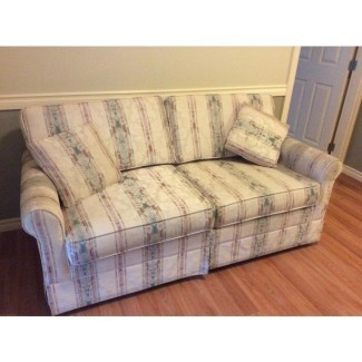 Love Seat / Hide-a Cama West Shore: Langford, Colwood ...