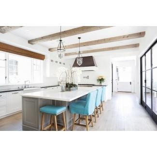 Isla de cocina gris con taburetes azules turquesa ...