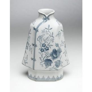 Florero con forma de kimono de porcelana azul y blanca Brumit