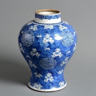 Un jarrón de porcelana azul y blanca del período Kangxi del siglo XVIII