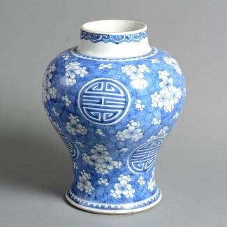 Florero de porcelana azul y blanca del siglo XVIII ...