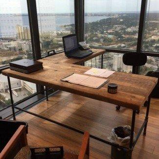 Oficinas de lujo: escritorios de madera bellamente recuperados