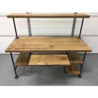 Escritorio de la computadora. Mesa rústica de madera reciclada con acabado natural