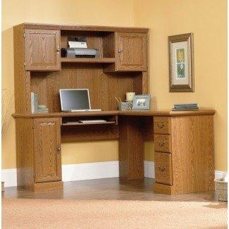 L Escritorio de esquina con estantería - Habitaciones [19659013] Una computadora simple pero con clase des esquina k para salas de oficina con una conejera en la parte superior, de madera maciza teñida de luz. El escritorio tiene un conjunto de cajones y estantes, así como un estante adicional en la parte superior para una impresora y otros dispositivos. </div> </p></div> <div class=