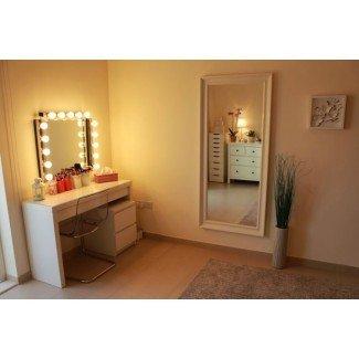 Baño. Mueble de baño de madera blanca con mármol marrón ...