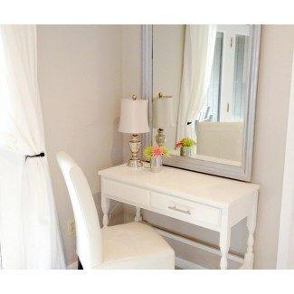 Mesa de tocador de maquillaje con espejo y luces. Maquillaje pequeño ...