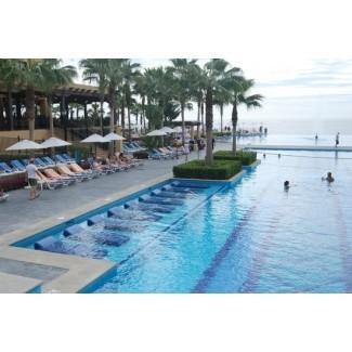 Tumbonas en la piscina: fotografía de Hotel Riu