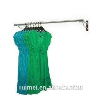 Riel para colgar ropa montado en la pared