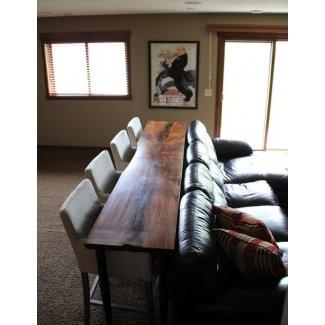 Para la mesa del sótano detrás del sofá con taburetes de bar