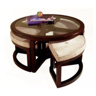 Mesa de centro con sillas debajo