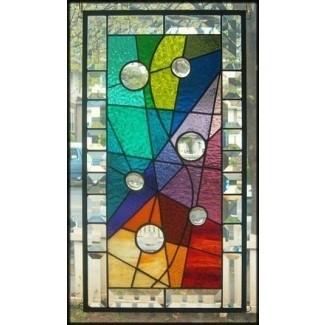 Abrazado por un panel de vidrieras de colores firmado y fechado