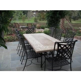 Mesa de comedor con tablero de piedra y sillas para exteriores de Bay Breeze