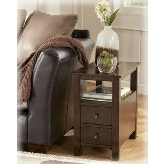 Diseño de la firma de Ashley Chairside Cabinet Table