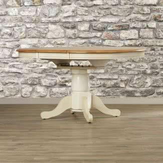 Mesa de comedor extensible de madera maciza [19659004] Mesa de comedor extensible de madera maciza </b><br /> El diseño tradicional de esta mesa de comedor agregará una estética encantadora a su hogar. Esta mesa está hecha de madera maciza de caucho, por lo que puede estar seguro de que durará muchos años. Hay mucho espacio en la mesa y un tinte de madera que combina bien con la mayoría de los estilos de decoración. Es una increíble pieza rústica con capacidad para 4 asientos. </p> </p></div> <div class=