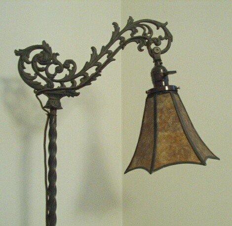 Lámpara de pie antigua de hierro fundido